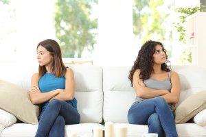 Por que as filhas de mães narcisistas atraem relacionamentos disfuncionais?